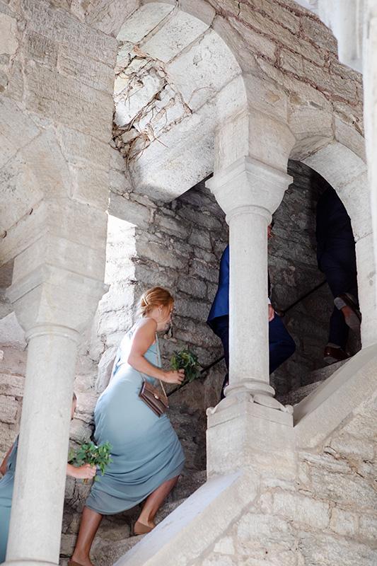 uppför trapporna i helge ands ruin