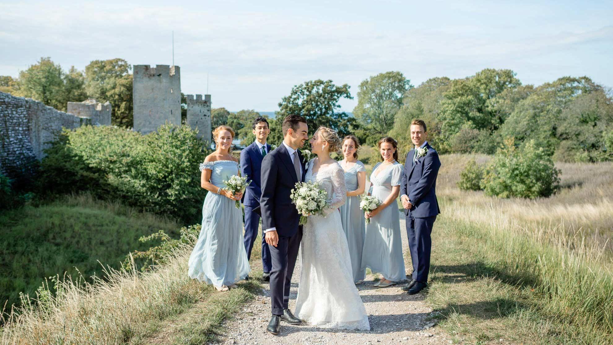 brudpar i nordergravar vid ringmuren i Visby