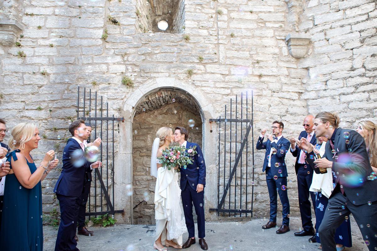 brudpar i helge ands ruin bröllop gotland